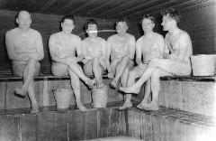 naiset saunassa naisseuraa miehille