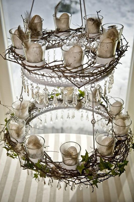 Kattokruunua voi koristella sesongin mukaan. Pääsiäiseen kuuluvat oksat, munat ja höyhenet.