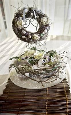Pääsiäiskattauksien koristeeksi tehtyä kevätkimppua värittävät silkkikukat.