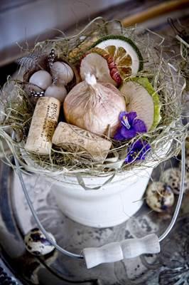 Keittiön kevätkoristeissa on käytetty muun muassa kuivattuja hedelmäviipaleita ja viinipullonkorkkeja. Sipulit eivät ole aitoja.