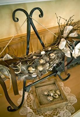 Oksia ei ole pakko taivuttaa renkaaksi. Sisällä koristeen voi ripustaa esimerkiksi keittokirjatelineeseen.