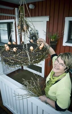 Kukkasomistaja Tuija Mäkelän käsissä paju taipuu melkein muotoon kuin muotoon. Mäkelä vinkkaa, että muhkean pääsiäiskranssin voi laittaa myös roikkumaan.