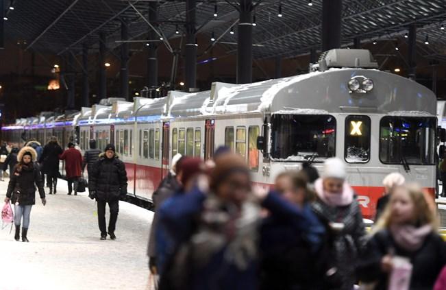 Lähijunaliikennettä ja matkustajia Helsingin Rautatieasemalla 8. marraskuuta 2016.