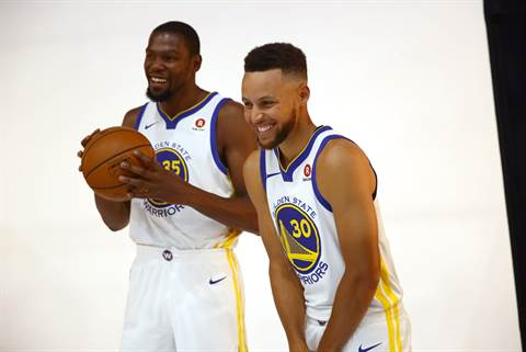 Kevin Durant (vas.) ja Stephen Curry.