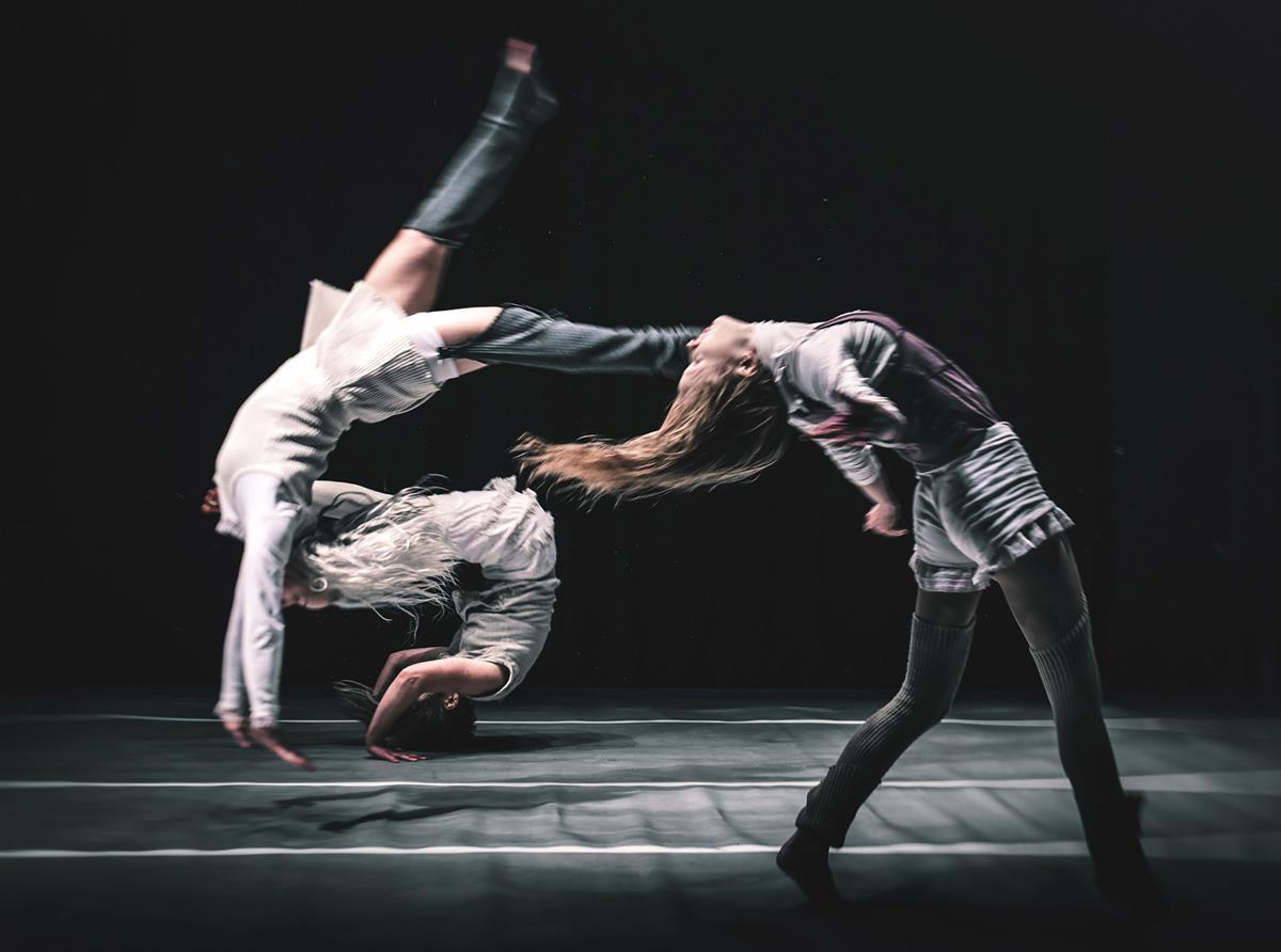 Teatteriarvio: Viimeisessä pisarassa teatteri kohtaa sirkuksen ja kadonneet lapset karkaavat dystopiasta