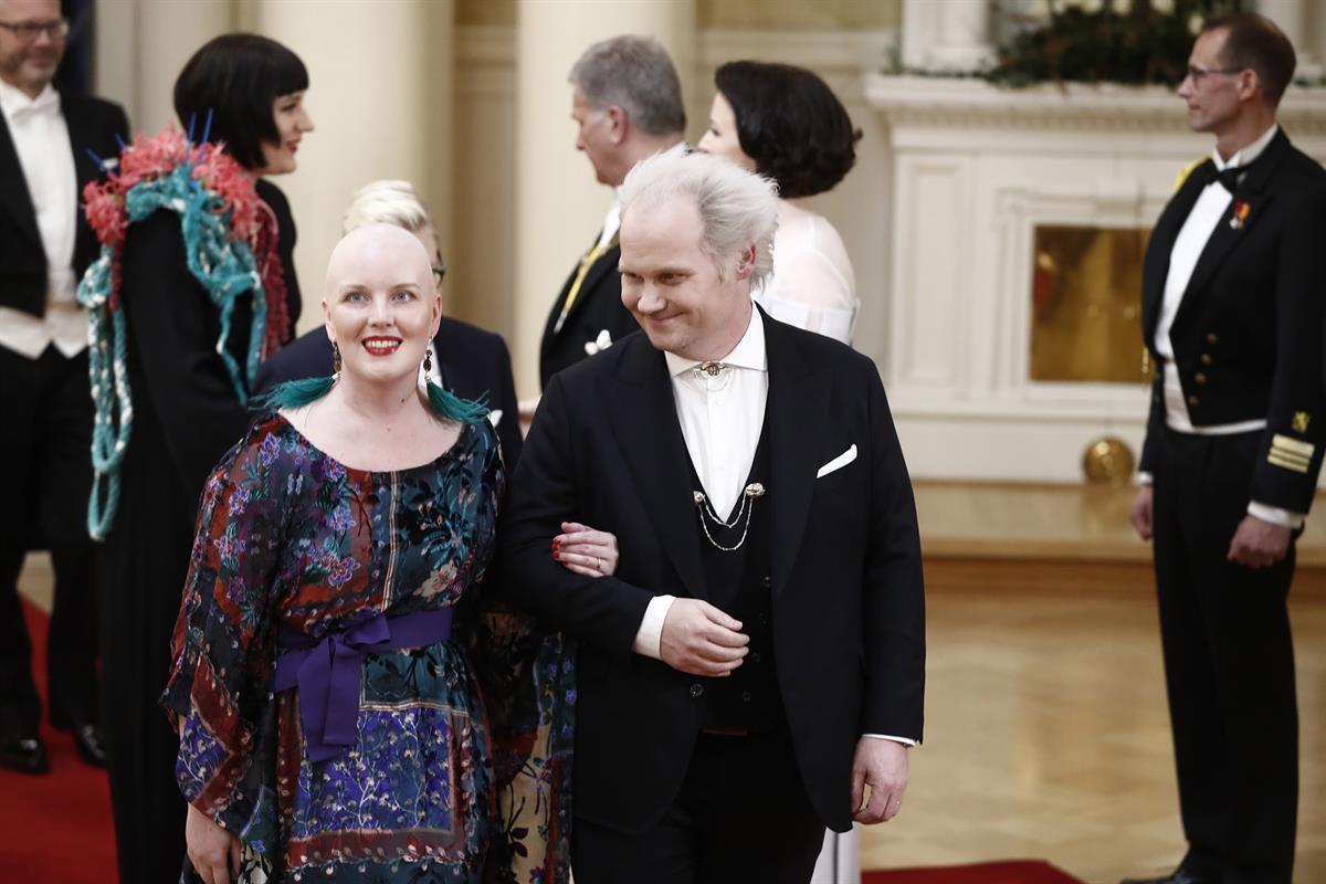 Suurella Journalistipalkinnon viime vuonna voittanut Jani Halme on näyttävä pari vaimonsa Aliina Halmeen kanssa.