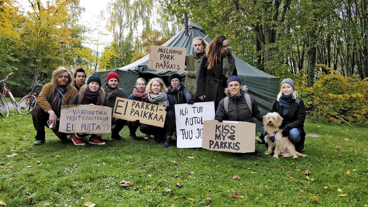 Opiskelijat Telttailivat Pelastaakseen Yliopiston Metsän