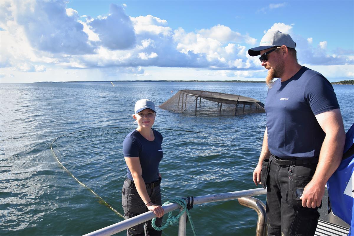 Lännenpuolen Lohen yrittäjä Sami Suominen ja kalanviljelijä Essi Luoma aikovat seurata tänä talvena mielenkiinnolla, miten kalat pärjäävät upotettavassa altaassa jään alla talven yli.